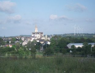 vue sur le bourg et les eoliennes